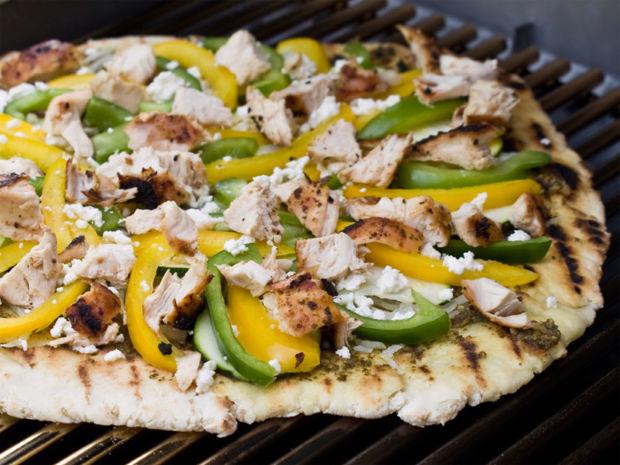 Probiert Unser Rezept Fur Grillpizza Mit Paprika Und Hahnchen Gegrillte Pizza Mit Paprika Und Hahnchenfleisch