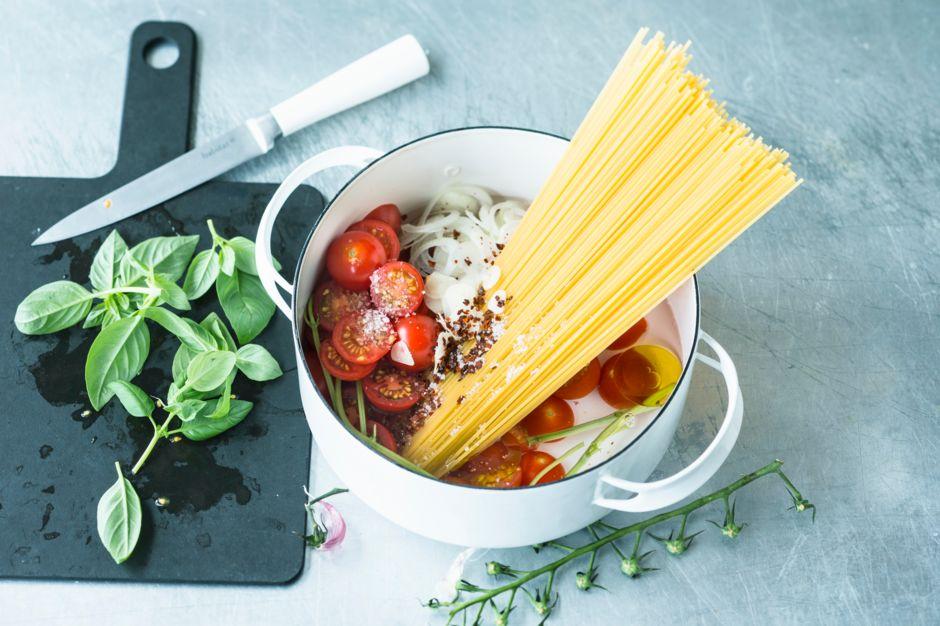 rezepte f r one pot pasta kitchengirls. Black Bedroom Furniture Sets. Home Design Ideas
